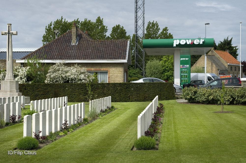 2013-05-28 Sint-Joris Belgium.Ramscappelle Road Military Cemetery met Power benzinestation.  CREDIT: Imagedesk / Filip Claus